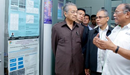 Tun Mahathir Menguji Pandu Kenderaan Sel Fuel